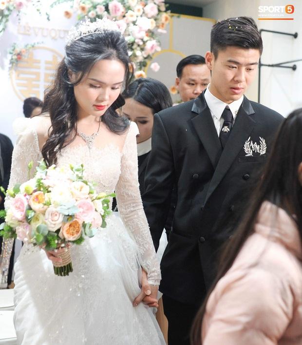 Đám cưới của Quỳnh Anh - Duy Mạnh: Chú rể cực kì bảnh bao, cô dâu xinh đẹp đeo dây chuyền đính 286 viên kim cương giá 800 triệu - Ảnh 2.