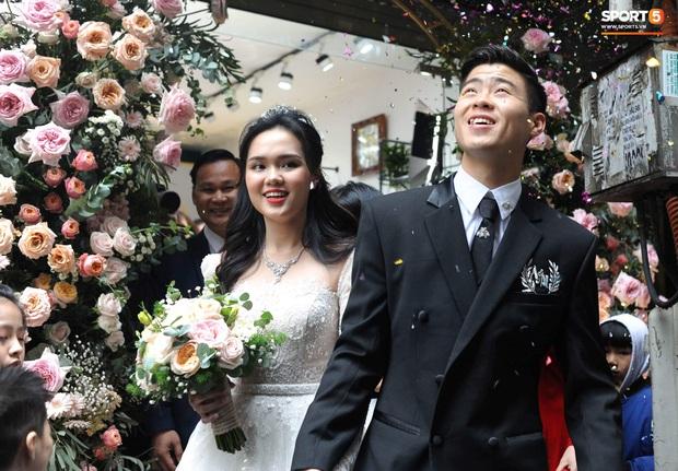 Đám cưới của Quỳnh Anh - Duy Mạnh: Chú rể cực kì bảnh bao, cô dâu xinh đẹp đeo dây chuyền đính 286 viên kim cương giá 800 triệu - Ảnh 3.