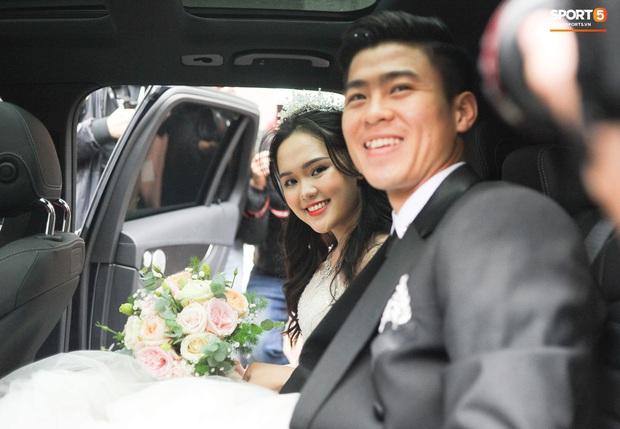 Đám cưới của Quỳnh Anh - Duy Mạnh: Chú rể cực kì bảnh bao, cô dâu xinh đẹp đeo dây chuyền đính 286 viên kim cương giá 800 triệu - Ảnh 6.
