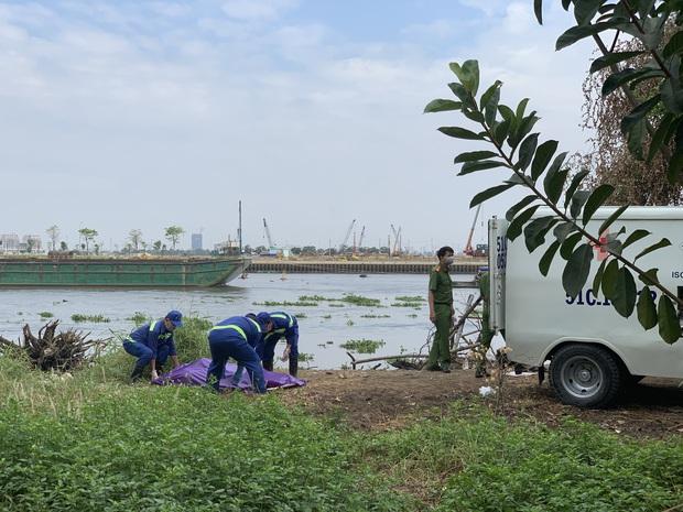 Thi thể người xăm dòng chữ trăng mờ bên suối nổi trên sông Sài Gòn - Ảnh 2.
