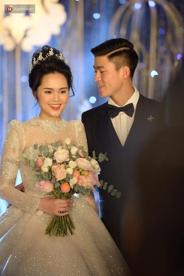 Ngắm chiếc váy trùm cuối của cô dâu Quỳnh Anh được trưng bày trên lễ đường mà ghen tị với công chúa béo - Ảnh 1.