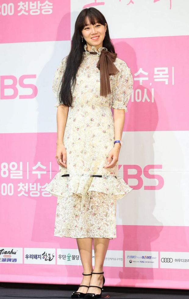 Đụng váy bánh bèo với Gong Hyo Jin, Son Ye Jin đã thay đổi vài chi tiết để làm bật lên vẻ đài các, quý tộc - Ảnh 2.