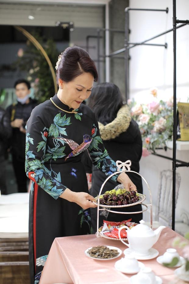 Thần thái phu nhân cựu chủ tịch CLB Sài Gòn làm dân tình tấm tắc: Mẹ đẹp và sang thế này bảo sao Quỳnh Anh không xinh - Ảnh 3.