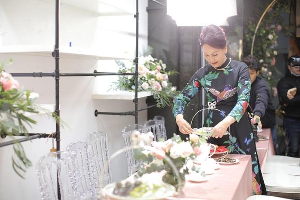 Thần thái phu nhân cựu chủ tịch CLB Sài Gòn làm dân tình tấm tắc: Mẹ đẹp và sang thế này bảo sao Quỳnh Anh không xinh - Ảnh 2.