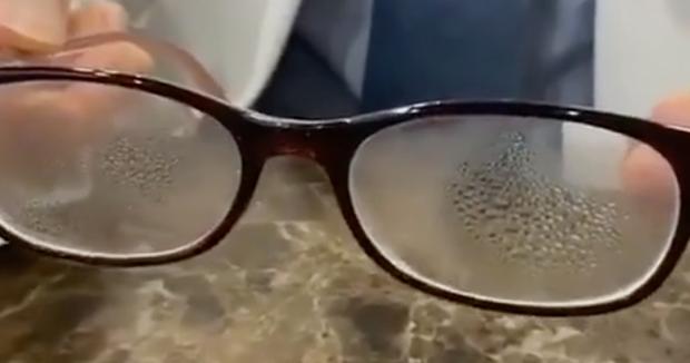 Dành cho team cận thị giữa cơn bão virus corona: Cách đeo khẩu trang cực đơn giản để mắt kính không bị mờ vì hơi nước - Ảnh 2.