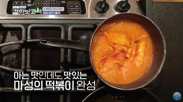 Jung Hae In trổ tài nấu ăn trên đất Mỹ nhưng lát sau lại quạu với... chiếc bếp vì bị tụt mood nấu ăn - Ảnh 1.