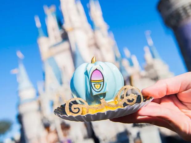 Đắm chìm trong thế giới của Lọ Lem với loạt bánh ngọt được bày bán ở các công viên Disney, nhìn cưng muốn xỉu khiến dân tình cứ ngắm hoài chứ chẳng nỡ ăn - Ảnh 1.