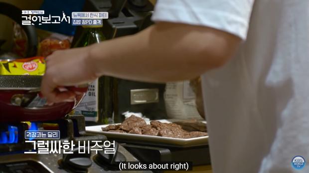 Jung Hae In trổ tài nấu ăn trên đất Mỹ nhưng lát sau lại quạu với... chiếc bếp vì bị tụt mood nấu ăn - Ảnh 14.