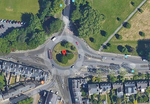 Những địa điểm du lịch quái dị nhất nước Anh được đánh giá rất cao trên mạng: Từ một… cái lỗ trên tường đến vòng xoay trồng toàn cỏ? - Ảnh 9.
