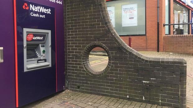 Những địa điểm du lịch quái dị nhất nước Anh được đánh giá rất cao trên mạng: Từ một… cái lỗ trên tường đến vòng xoay trồng toàn cỏ? - Ảnh 1.
