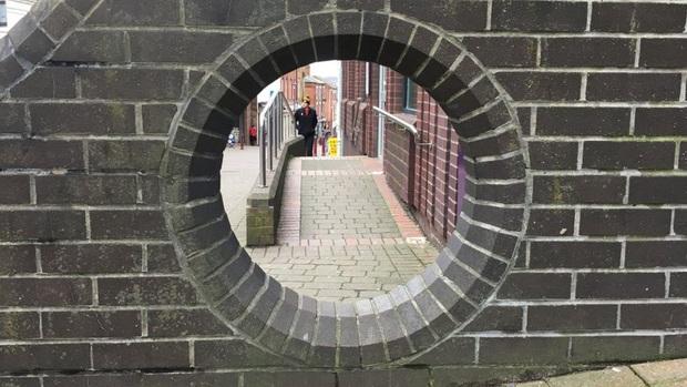 Những địa điểm du lịch quái dị nhất nước Anh được đánh giá rất cao trên mạng: Từ một… cái lỗ trên tường đến vòng xoay trồng toàn cỏ? - Ảnh 2.