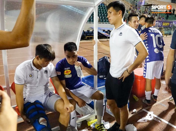 Duy Mạnh phải dùng xe lăn, nhảy lò cò lên xe buýt khi trở về Hà Nội, vẫn chưa thể đi chụp chiếu đầu gối - Ảnh 6.