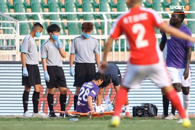 Duy Mạnh ôm mặt thất vọng tột độ vì chấn thương chỉ sau 5 phút đá ở Siêu cúp quốc gia - Ảnh 3.