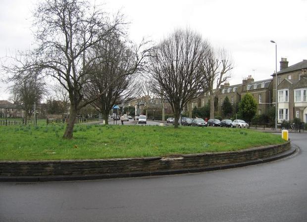 Những địa điểm du lịch quái dị nhất nước Anh được đánh giá rất cao trên mạng: Từ một… cái lỗ trên tường đến vòng xoay trồng toàn cỏ? - Ảnh 10.