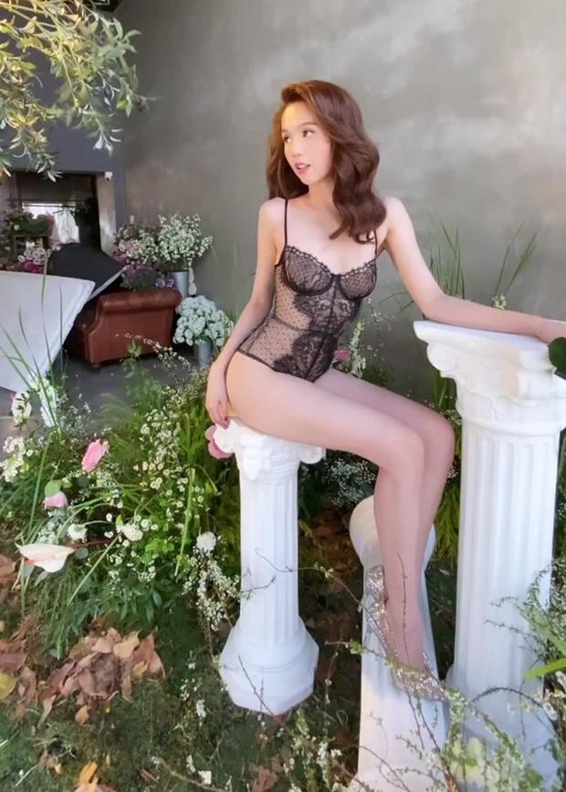 Thêm hậu hậu trường chụp ảnh nóng bỏng của Ngọc Trinh: Xứng danh nữ hoàng nội y, khoe triệt để body ở những góc hiểm hóc - Ảnh 3.