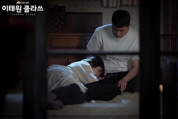 3 khoảnh khắc tình bể bình của Park Seo Joon và điên nữ Tầng Lớp Itaewon: Hết cưỡng hôn lại đến ăn nằm cùng nhau - Ảnh 5.