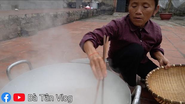 Bà Tân Vlog khiến người xem hết hồn vì màn thuyết minh luộc thịt, cũng may sản phẩm vẫn được khen ngon đáo để - Ảnh 4.