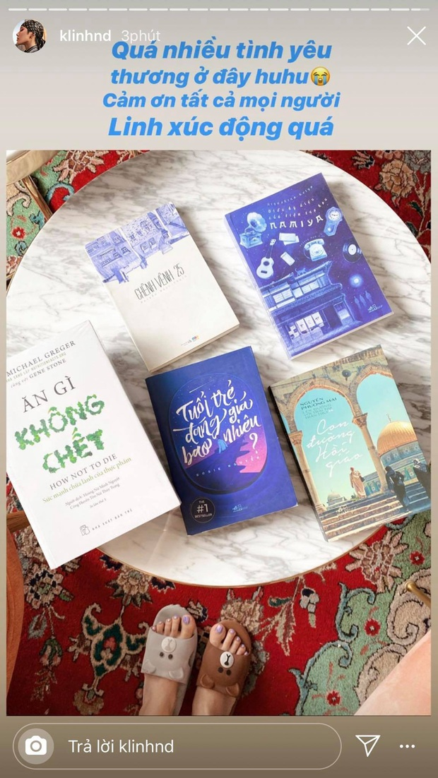 Được fan tặng sách để đọc trong thời gian cách ly tại nhà, Khánh Linh mừng đến độ đi nhận đồ với đôi dép cọc cạch - Ảnh 1.
