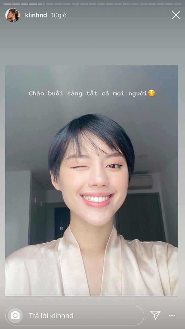 Được fan tặng sách để đọc trong thời gian cách ly tại nhà, Khánh Linh mừng đến độ đi nhận đồ với đôi dép cọc cạch - Ảnh 3.