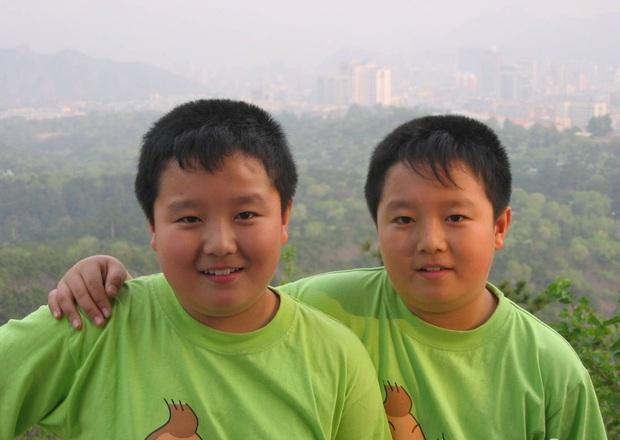 Hai anh em sinh đôi cùng mập rồi cùng nhau giảm cân, hội mê trai đẹp hú hét: Chẳng biết chọn anh nào làm chồng bây giờ - Ảnh 1.