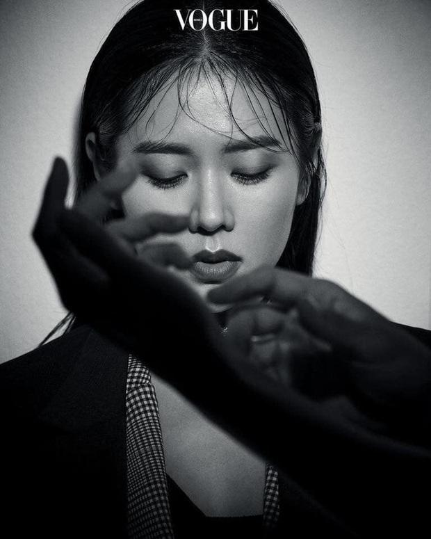 Bộ ảnh tạp chí bỗng trở lại của bộ đôi Hyun Bin và Son Ye Jin: 2 cực phẩm áp sát vào nhau thế này, dân tình sống sao? - Ảnh 8.