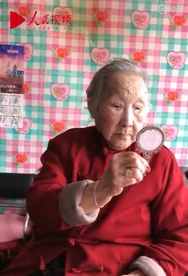 Cụ bà 95 tuổi thích trang điểm làm mưa làm gió trên mạng xã hội với châm ngôn: Sống đến già thì phải đẹp đến già - Ảnh 1.