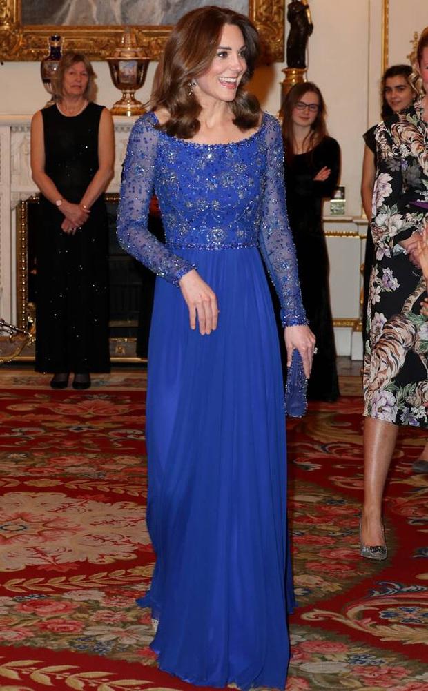 Diện lại đồ cũ phải đẳng cấp như Công nương Kate: Tuổi dừ đi nhưng trông lại trẻ ra và sang trọng hơn gấp bội mới tài - Ảnh 2.