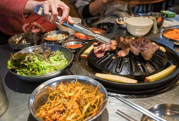 Bí quyết đi ăn thịt nướng không bị ám mùi khói vào tóc cả nam và nữ đều áp dụng được, chỉ cần bạn… không sợ mất hình tượng - Ảnh 3.