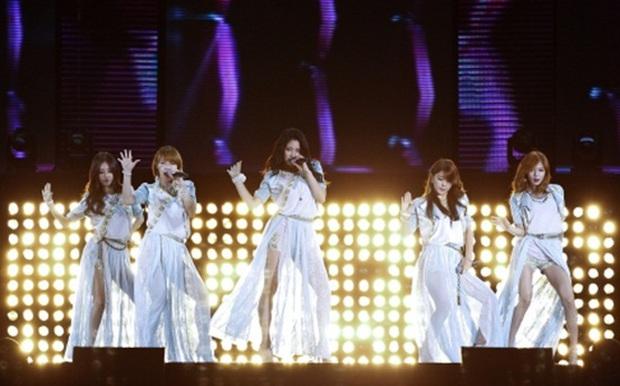 Những thảm họa sân khấu khiến Kpop bàng hoàng: SNSD 5 lần 7 lượt là nạn nhân, thành viên SHINee từng ngất xỉu, đêm diễn của 4Minute có thương vong - Ảnh 2.
