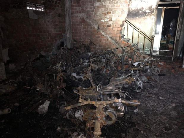Nhà trọ cháy lớn lúc rạng sáng, 6 sinh viên bị mắc kẹt được giải cứu ra ngoài an toàn - Ảnh 2.