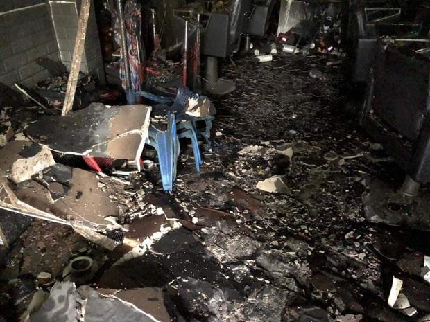 Nhà trọ cháy lớn lúc rạng sáng, 6 sinh viên bị mắc kẹt được giải cứu ra ngoài an toàn - Ảnh 4.