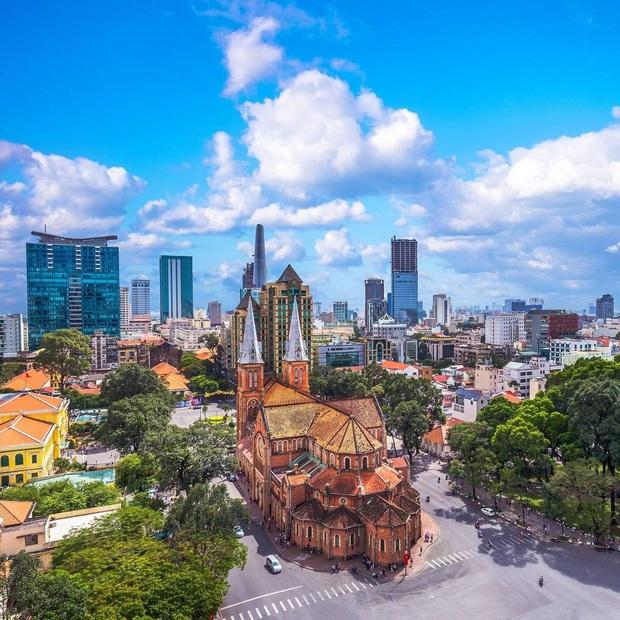 Cập nhật nhanh diện mạo mới nhất của Nhà thờ Đức Bà Sài Gòn sau bước đầu trùng tu, những mảng tường bị vẽ bậy giờ đã biến mất - Ảnh 1.