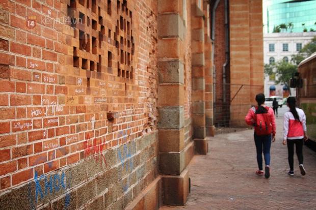 Cập nhật nhanh diện mạo mới nhất của Nhà thờ Đức Bà Sài Gòn sau bước đầu trùng tu, những mảng tường bị vẽ bậy giờ đã biến mất - Ảnh 10.
