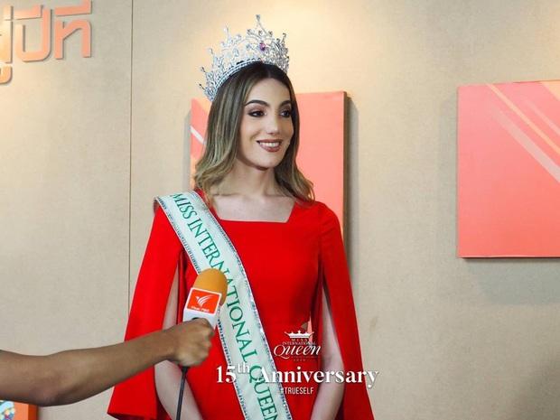 Top 3 Miss International Queen cùng lộ diện sau đăng quang: Tân Hoa hậu bị chê già, kém sắc hơn hẳn so với 2 nàng Á - Ảnh 4.