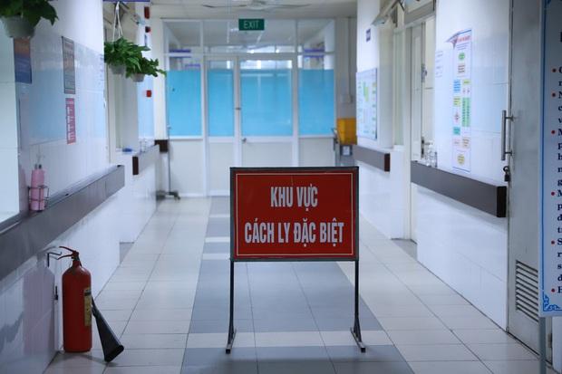 PGĐ Sở Y tế Đà Nẵng: Nữ nhân viên Điện Máy Xanh nhiễm Covid-19 đã kéo khẩu trang xuống khi tư vấn cho 2 du khách Anh - Ảnh 4.