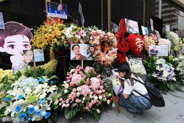 Năm nay lễ đặt hoa tưởng niệm 17 năm ngày mất của Trương Quốc Vinh bị huỷ bỏ vì COVID-19, mọi hoạt động tổ chức online - Ảnh 3.