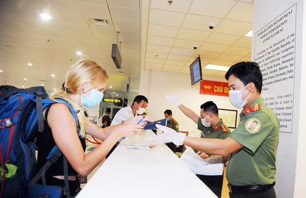 Bệnh nhân số 17 có 2 hộ chiếu khi nhập cảnh trở lại Việt Nam - Ảnh 1.