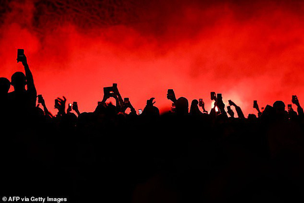 Hàng ngàn fan PSG tụ tập quẩy cực sung như thể đội nhà vừa vô địch Champions League trong lúc chính phủ khuyến cáo không ra đường vì lo ngại COVID-19 lây lan - Ảnh 3.