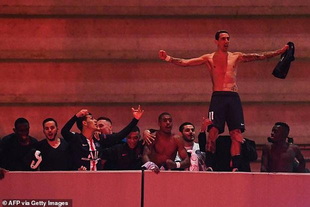 Hàng ngàn fan PSG tụ tập quẩy cực sung như thể đội nhà vừa vô địch Champions League trong lúc chính phủ khuyến cáo không ra đường vì lo ngại COVID-19 lây lan - Ảnh 1.