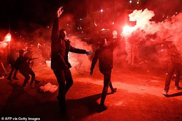 Hàng ngàn fan PSG tụ tập quẩy cực sung như thể đội nhà vừa vô địch Champions League trong lúc chính phủ khuyến cáo không ra đường vì lo ngại COVID-19 lây lan - Ảnh 4.