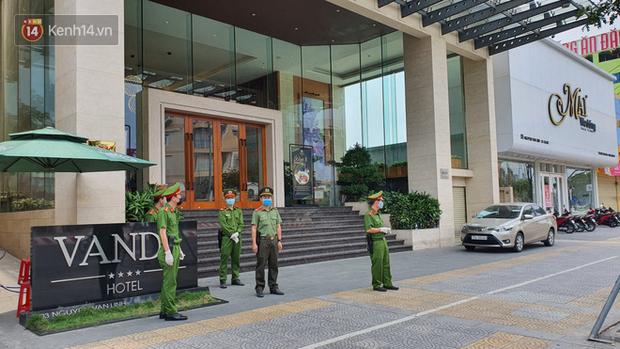 Phía sau hình ảnh người phụ nữ trong khu cách ly ở Đà Nẵng với tấm biển nhờ các anh công an mua giúp em 1 bát cháo cho em bé - Ảnh 1.