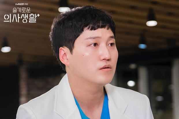 Dàn diễn viên thực lực xứ Hàn cùng kể nên Hospital Playlist: Câu chuyện bình thường về các bác sĩ phi thường - Ảnh 21.