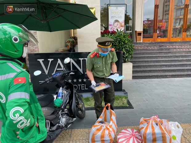 Phía sau hình ảnh người phụ nữ trong khu cách ly ở Đà Nẵng với tấm biển nhờ các anh công an mua giúp em 1 bát cháo cho em bé - Ảnh 7.