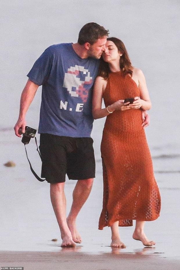 """Cuối cùng tài tử Batman cũng đã lộ ảnh hẹn hò cùng """"Bond girl"""" mới: Tay trong tay cực tình tứ trên bãi biển! - Ảnh 2."""