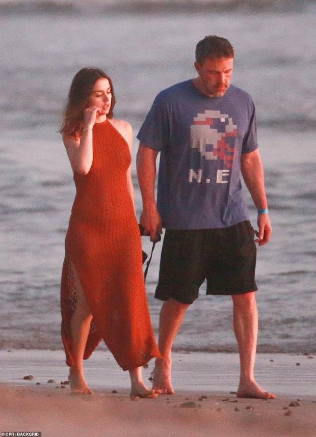 """Cuối cùng tài tử Batman cũng đã lộ ảnh hẹn hò cùng """"Bond girl"""" mới: Tay trong tay cực tình tứ trên bãi biển! - Ảnh 3."""