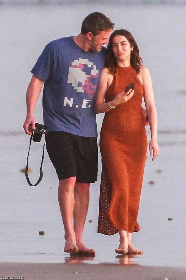 """Cuối cùng tài tử Batman cũng đã lộ ảnh hẹn hò cùng """"Bond girl"""" mới: Tay trong tay cực tình tứ trên bãi biển! - Ảnh 4."""