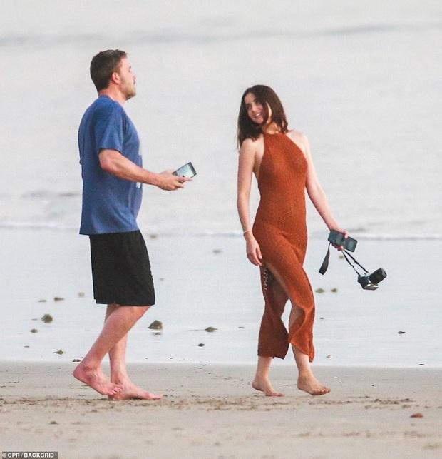 """Cuối cùng tài tử Batman cũng đã lộ ảnh hẹn hò cùng """"Bond girl"""" mới: Tay trong tay cực tình tứ trên bãi biển! - Ảnh 8."""
