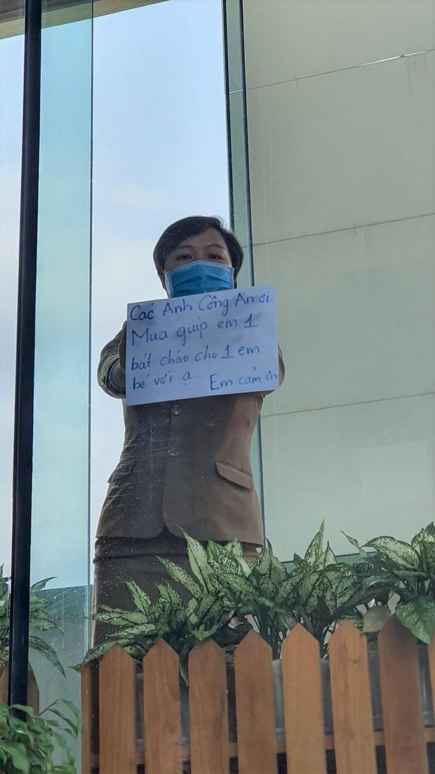 Phía sau hình ảnh người phụ nữ trong khu cách ly ở Đà Nẵng với tấm biển nhờ các anh công an mua giúp em 1 bát cháo cho em bé - Ảnh 2.