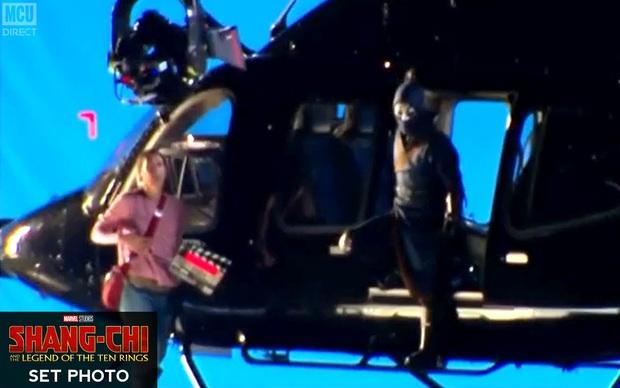 Bom tấn Marvel Shang-chi lộ ảnh hậu trường đầu tiên: Anh hùng châu Á không có siêu năng lực đành bay bằng trực thăng? - Ảnh 2.
