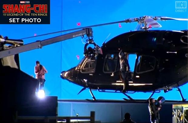 Bom tấn Marvel Shang-chi lộ ảnh hậu trường đầu tiên: Anh hùng châu Á không có siêu năng lực đành bay bằng trực thăng? - Ảnh 1.